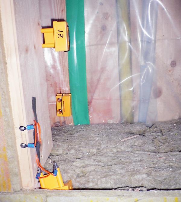 Installerade sensorer vid utsida väggregel, mitt i väggen och vid utsida plastfolie/luft- och ångspärr.