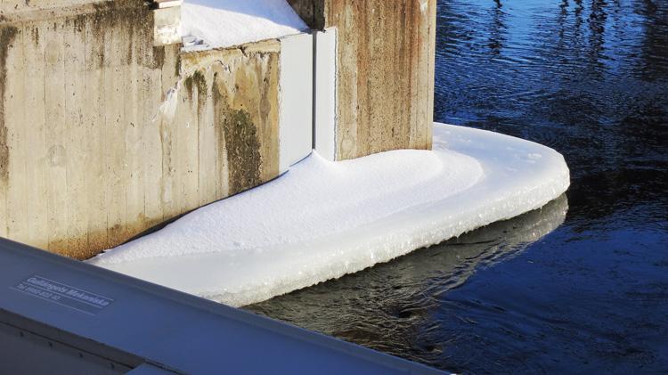Vanligtvis är betongen i och strax under vattenlinjen täckt av is under vintern.