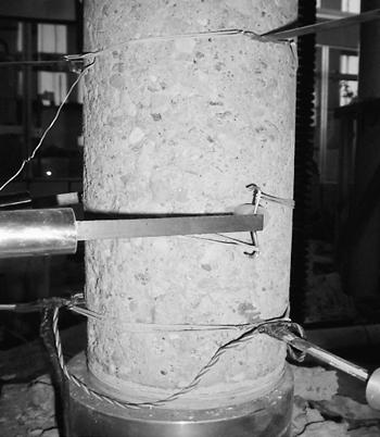 Betongcylinder med avtaget CFRP-skal inför test.