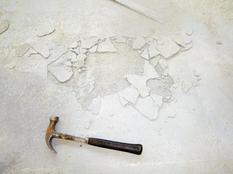 1 till 2 mm tunt delaminerat skikt på hårdbetonggolv med strömaterial.