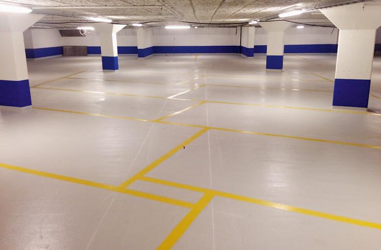 Nyrenoverat garage med ny belysning, nytt tätskikt av polyretan och nymålade väggar/pelare.