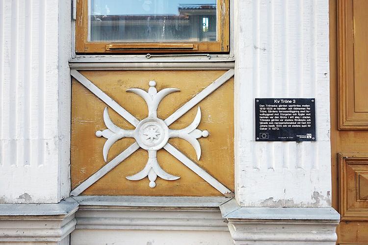 Gamla fasader i Hudiksvall trästad som är utförda på gammaldags sätt.