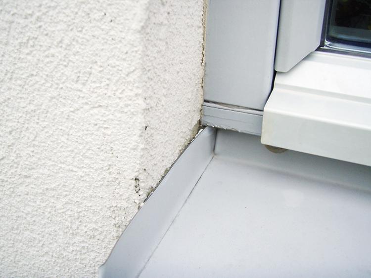 Felmonterade fönsterbleck på enstegstätade fasader